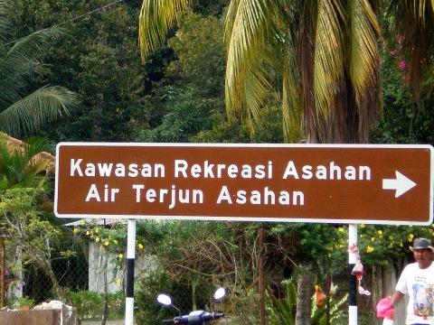 papan tanda pelancongan yang membantu